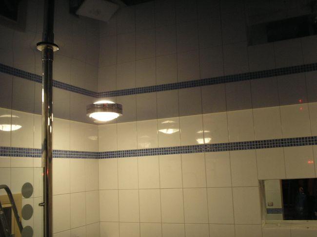 Черный потолок в ванной